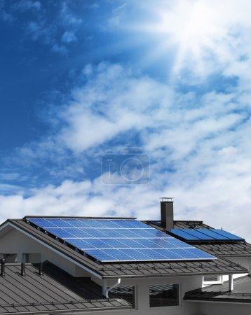 Foto de Sistema de panel solar en el techo de la casa, fondo de cielo azul soleado - Imagen libre de derechos