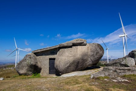 Photo pour Stone house in the top of a moutain near Fafe, Guimaraes - north of Portugal - image libre de droit