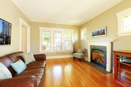 Photo pour Élégant salon avec cheminée et canapé en cuir avec parquet cerisier . - image libre de droit