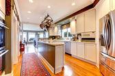 Velké bílé a zelené kuchyně s dřevěnou podlahu