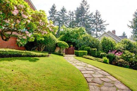 Photo pour Jardin de printemps et sentier près de la maison. Nord-Ouest américain. Fin mai . - image libre de droit