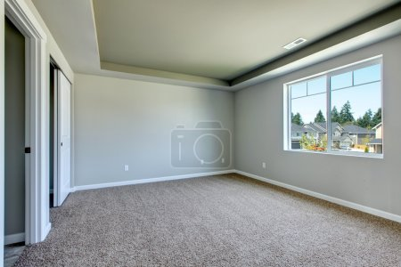Photo pour Nouvelle chambre vide avec tapis beige.. Nouveau développement de la maison aux Etats-Unis . - image libre de droit