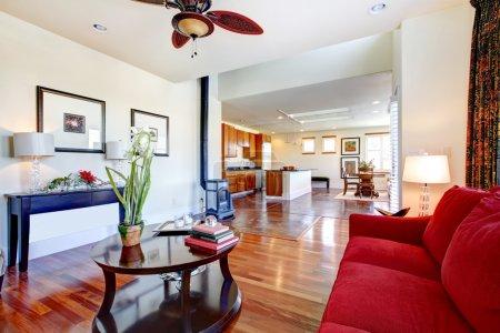 Photo pour Magnifiquement conçu salon étendu à une grande salle de cuisine lumineuse - image libre de droit