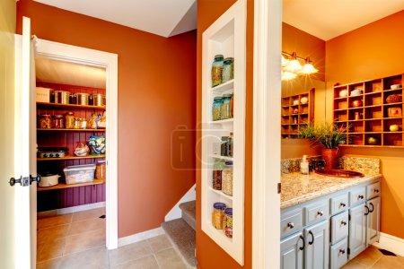 Photo pour Petit couloir rouille et blanc avec des étagères intégrées conçues. entrée de salle de bains de stockage - image libre de droit