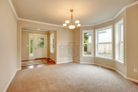 Photo for Beautiful empty room with designed angle wall, carpet floor. Open to hallway - Royalty Free Image
