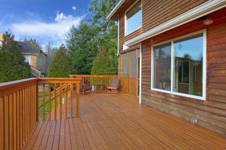 Photo pour Arrière de la maison avec une terrasse en bois. Vue du paysage depuis le pont - image libre de droit