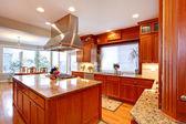 Luxusní kuchyň pokoj s jídelním koutem