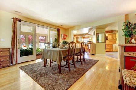 Photo pour Salle à manger avec porte ouverte à la serre. meublé avec table à manger antique ensemble - image libre de droit