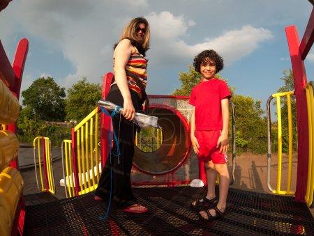 Photo pour Mère célibataire, passer du temps avec son fils dans un parc - image libre de droit