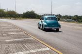Pěkně staré auto, které běží v ulici na Kubě