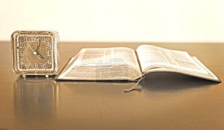 Photo pour Temps est important dans l'apprentissage et d'apprendre à connaître Dieu, votre Sauveur. étudier la bible et prier en tout temps - image libre de droit