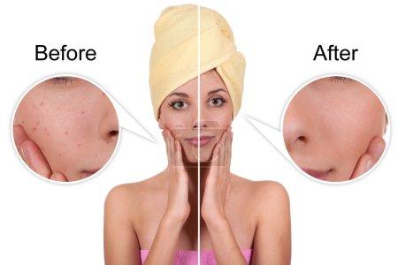 Photo pour Jeune belle fille fait crème cosmétique dans la salle de bain - image libre de droit