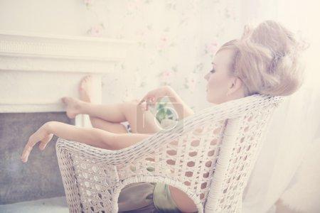 Photo pour Closeup mode portrait de jeune femme belle - image libre de droit