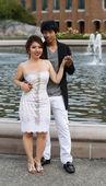 Mladí dospělí milenců před vodní fontány