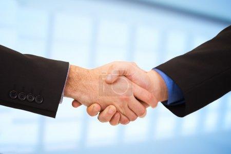 Photo pour Concept d'affaires des deux hommes d'affaires, se serrant la main. - image libre de droit