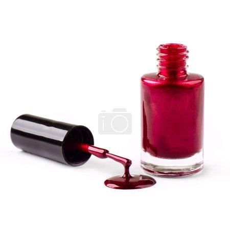 Photo pour Vernis à ongles rouge avec brosse isolée sur fond blanc - image libre de droit