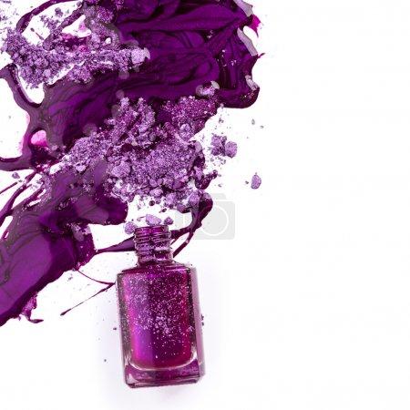 Photo pour Vernis à ongles violet et ombre à paupières écrasée sur fond blanc - image libre de droit
