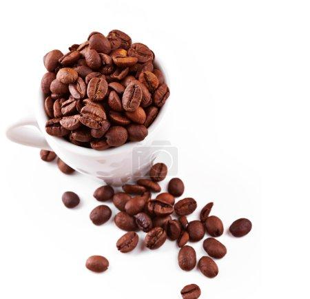Photo pour Tasse à café en grains isolé sur fond blanc - image libre de droit