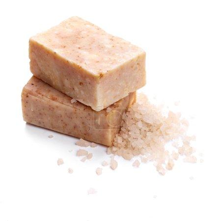 Photo pour Savon artisanal avec du sel, isolé sur fond blanc - image libre de droit