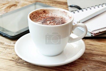 Photo pour Tasse à cappuccino. tablette et ordinateur portable avec un crayon, notion de pause café de bureau - image libre de droit