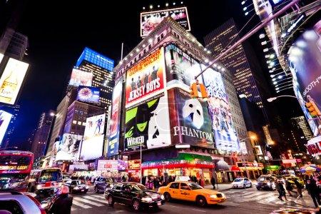 Foto de NUEVA YORK - 07 de enero: tiempos de la noche la plaza con teatros de Broadway es un símbolo de la ciudad de nueva york y los Estados Unidos, 07 de enero 2011 en Manhattan, Nueva York ciudad - Imagen libre de derechos