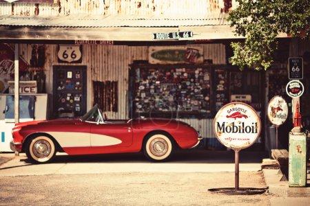 Photo pour Micocoulier - août 3: magasin général micocoulier avec une voiture de 1957 corvette rouge devant le 3 août 2012 dans le micocoulier occidental, Arizona, USA. magasin général micocoulier est un musée populaire de la vieille route 66 - image libre de droit