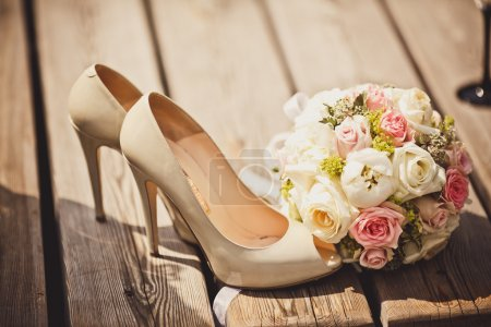 Photo pour Gros plan du bouquet de mariage et des chaussures de mariée - image libre de droit