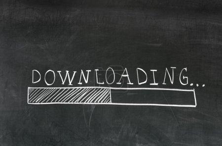 Photo pour Téléchargement manuscrite avec une craie blanche sur un tableau noir et le dessin barre de téléchargement - image libre de droit