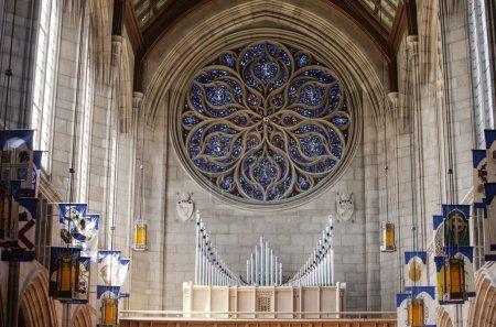 Photo pour Le mur intérieur et le célèbre orgue à tuyaux à l'intérieur de l'église de st johns à spokane, washington. - image libre de droit