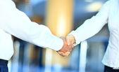 Handshake izolovaných na obchodní zázemí