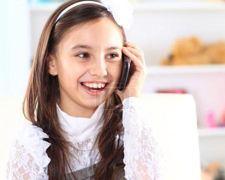 Photo pour Petite fille parlant au téléphone. - image libre de droit