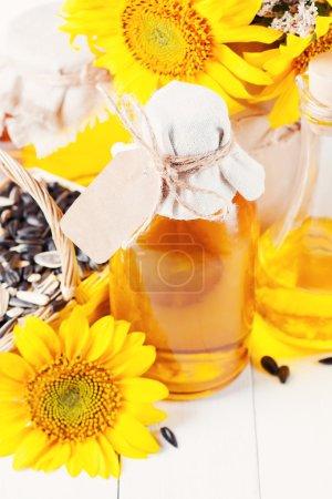 Photo pour Huile de tournesol dans une bouteille avec une étiquette vierge - image libre de droit