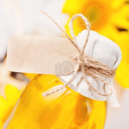 Photo pour Huile de tournesol dans une bouteille avec une étiquette vierge gros plan - image libre de droit