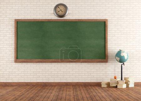 Photo pour Salle de classe vintage vide avec tableau noir vert contre le mur de briques - rendu - image libre de droit