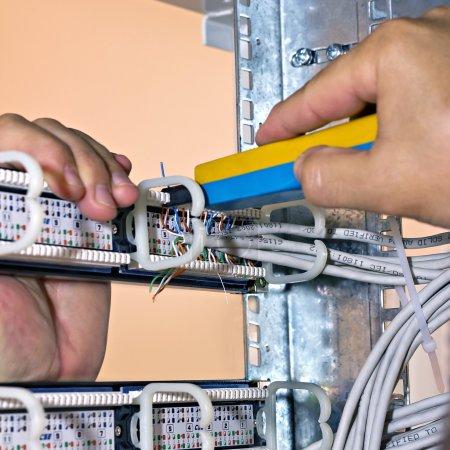 Photo pour Panneaux de raccordement réseau de montage, vue arrière - image libre de droit