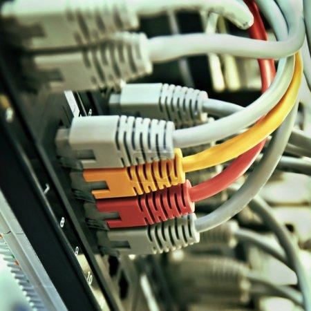 Photo pour Rack de serveur de panneau de brassage avec des cordes jaunes et rouges gris - image libre de droit