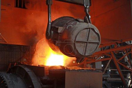 czerwony gorący roztopionej stali