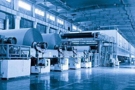 Photo pour Ligne de production d'entreprise de papier en Chine - image libre de droit