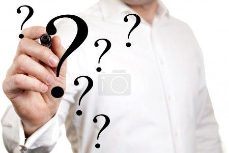 Photo pour Homme d'affaires est écrit sur l'écran le point d'interrogation - image libre de droit