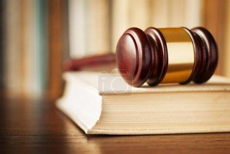 Photo pour Image conceptuelle de l'application de la Loi, de justice et de la peine avec une vue de gros plan d'un maillet en bois juges couché sur un livre de droit - image libre de droit