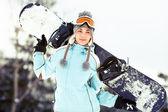 Mladá žena s snowboardu