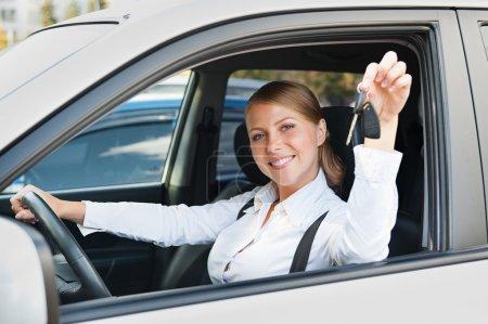 junge Frau sitzt im Auto