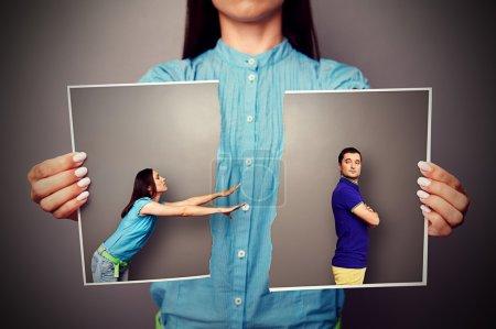 femme étirant ses mains à l'homme plein de ressentiment