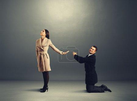 Photo pour Homme debout sur ses genoux et s'excuser mais la femme refuse de lui - image libre de droit