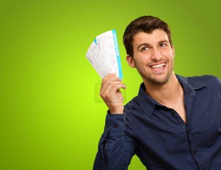 ein junger Mann im Besitz von Fahrkarten