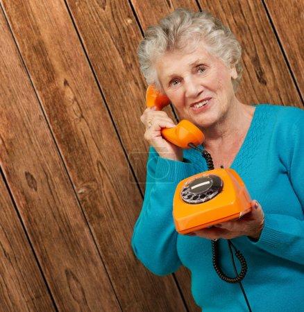Photo pour Femme mûre, Parler au téléphone, Intérieur - image libre de droit