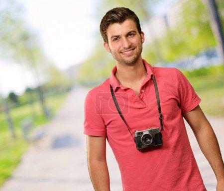 Porträt eines Mannes mit Kamera