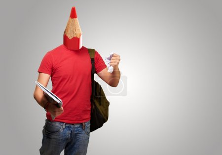 Photo pour Portrait de jeune étudiant avec tête de crayon sur fond gris - image libre de droit
