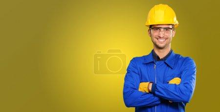 Photo pour Portrait de l'ingénieur heureux isolé sur fond de couleur - image libre de droit