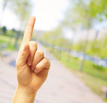 Photo pour Main de l'homme pointage, plein air - image libre de droit